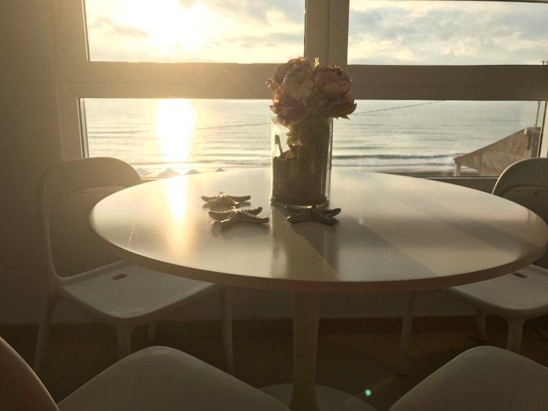 Salón con vista frontal al mar. Amanecer
