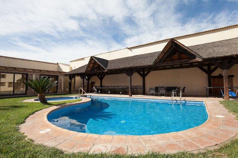 Villa Olivar del Desierto para grupos Piscina climatizada cubierta,sauna,yacusi., holiday rental in Bacares