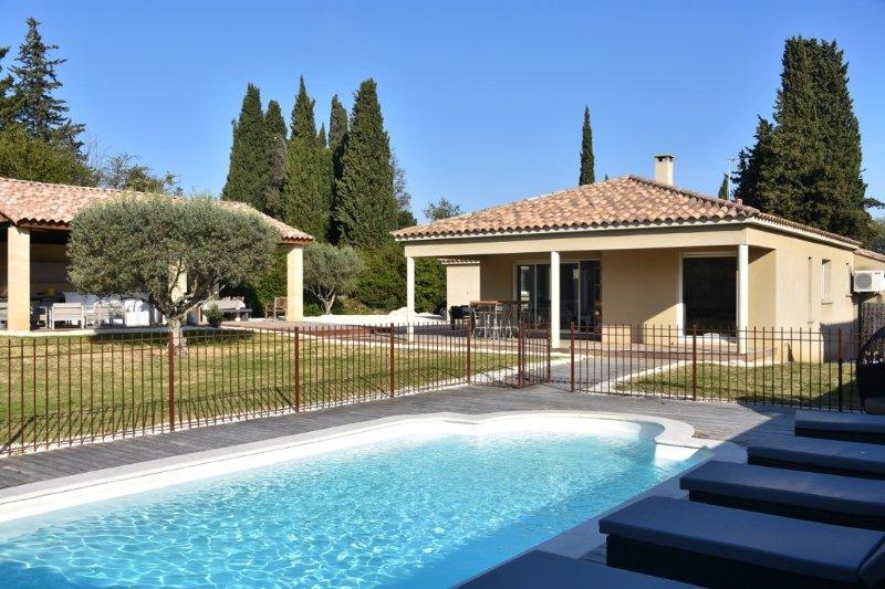 Villa de luxe 10 personnes avec piscine et cuisine d'été équipée 'Comme un Chef', vacation rental in Uzes