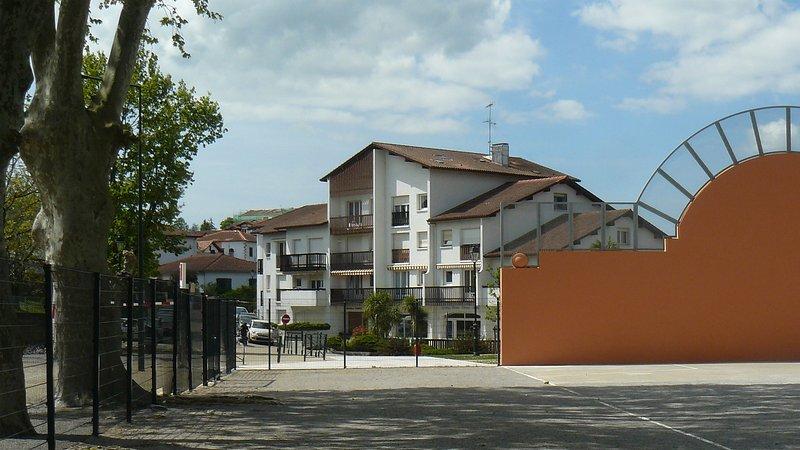2 pièces rénové, clair et calme situé au centre de Cambo et proche des Thermes, holiday rental in Hasparren