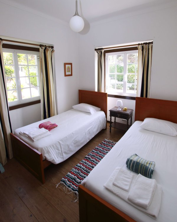 Twin bedroom with views of the garden