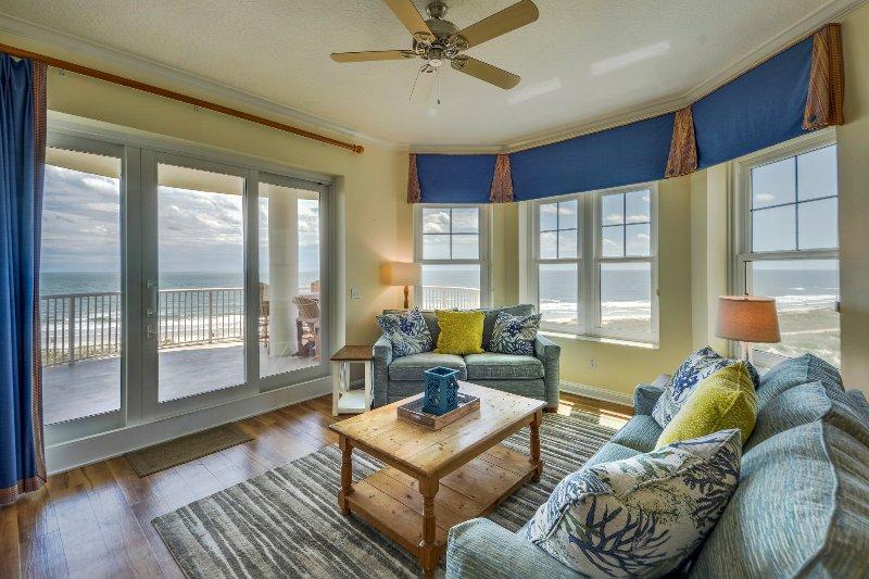 Bel soggiorno con divano letto e accesso al balcone