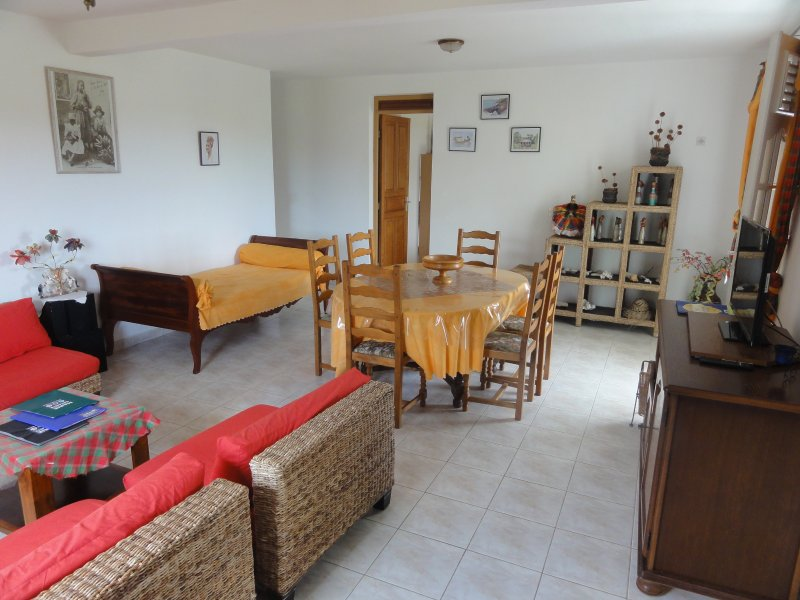 Beautiful apt with garden & terrace, location de vacances à Capesterre