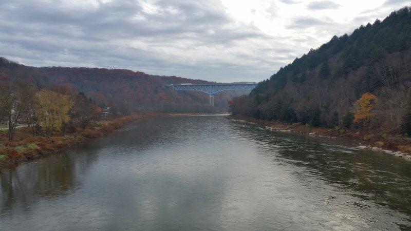 El río Allegheny en el otoño, el lanzamiento del barco es sólo de la Logia