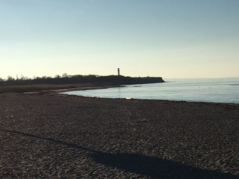En regardant vers le phare et la falaise