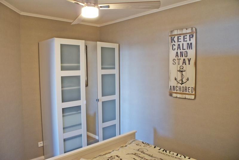 ventilateur armoire et plafond dans la chambre