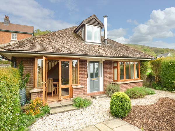 WESTDALE, detached, woodburner, WiFi, gardens, nr Great Malvern, Ref 918839, holiday rental in Cradley