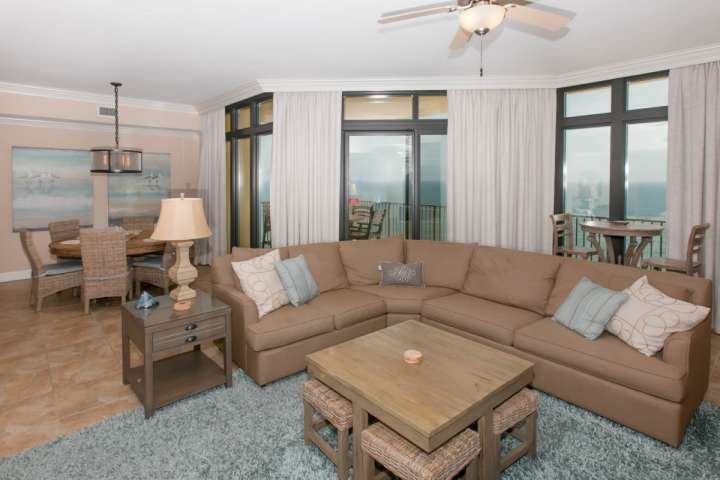 Sala de estar con sofá de descanso seccional con vista al piso 19 y vista al golfo