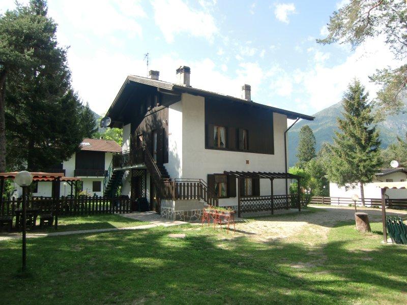 Appartamento Pippi 4B a piano terra con giardino privato, vacation rental in Tiarno di Sotto