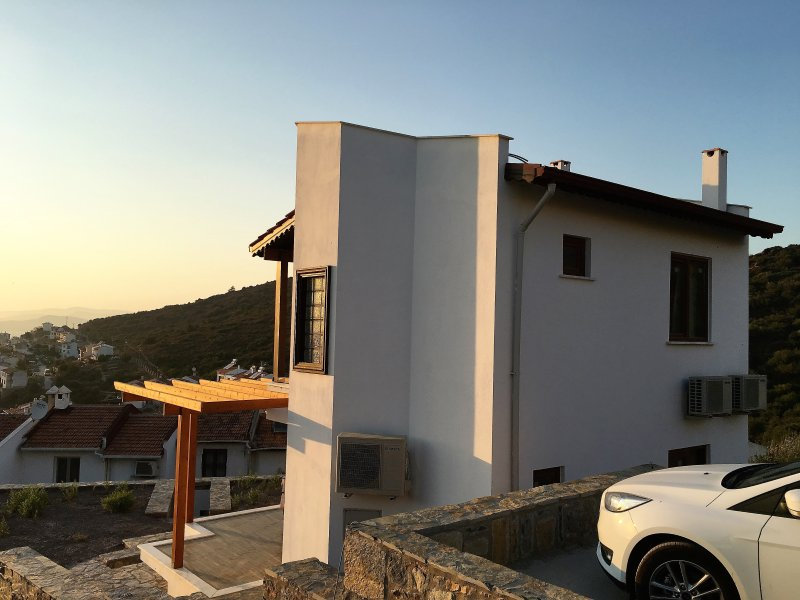 Seafront villa near Bodrum with unforgettable sunset views, casa vacanza a Dorttepe