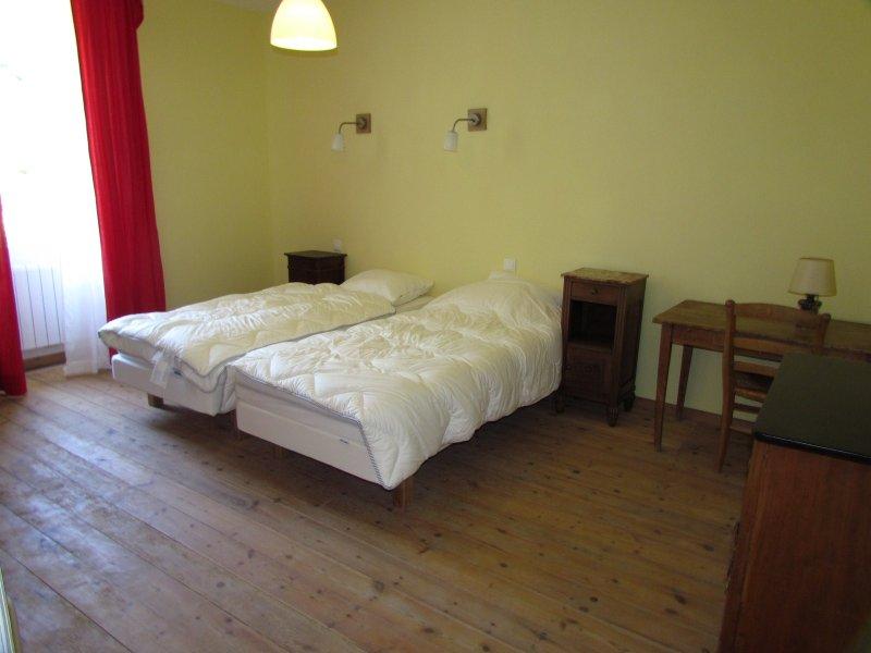 Un grand gîte situé en sud-Aveyron situé à 3,5 km de Saint-Affrique, rte Tiergue, holiday rental in Verrieres
