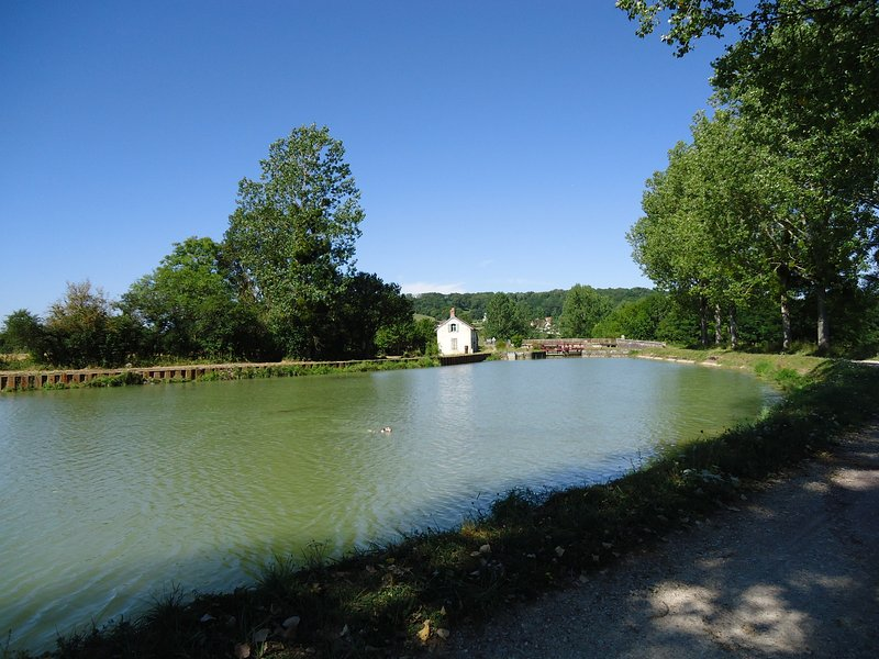 The Burgundy canal at 5 km.