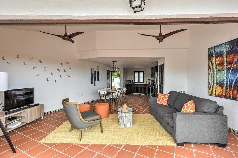 Le premier niveau abrite le salon avec un canapé et des sièges supplémentaires en peluche, où vous pourrez vous détendre ou regarder le câble à écran plat SmartTV.