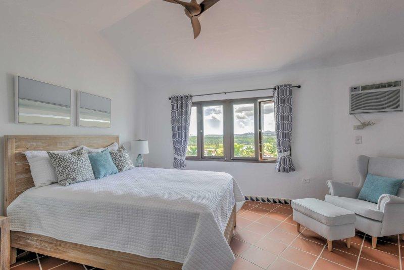 La suite principale est dotée d'une salle de bain complète, un dressing et d'un balcon privé. Les deux chambres ont l'air conditionné pour vous garder au frais.
