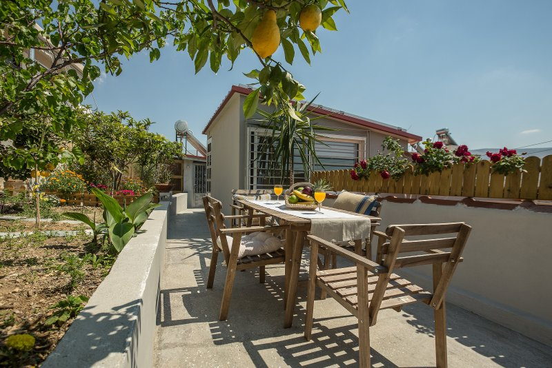 Urban Cottage with Garden and Panoramic View, holiday rental in Agios Dimitrios