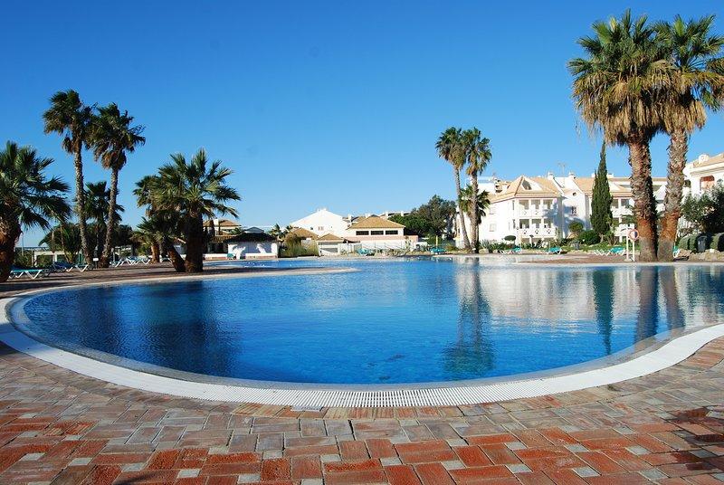 Apartamento T0 com Piscina, Jacuzzi, AC e transporte Grátis para Praia, vacation rental in Tavira