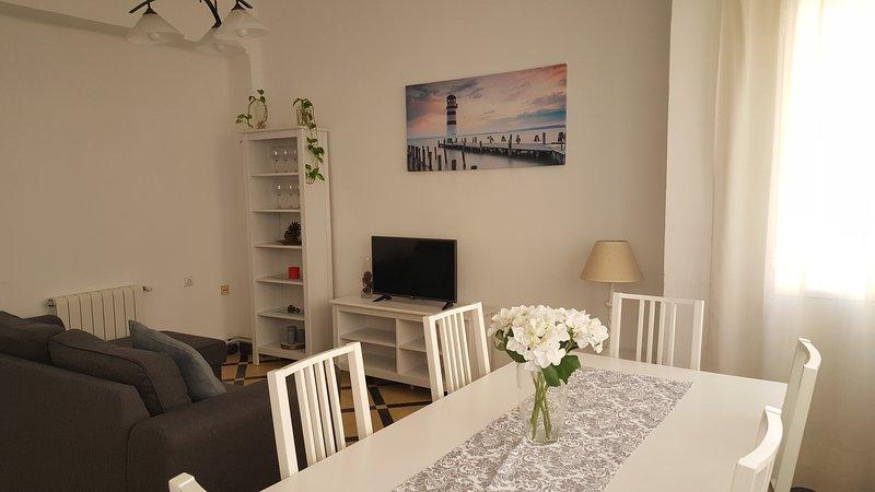 La casa dispone de un gran salón con un amplia mesa donde poder  reunirse, y un sofá chaislongue que