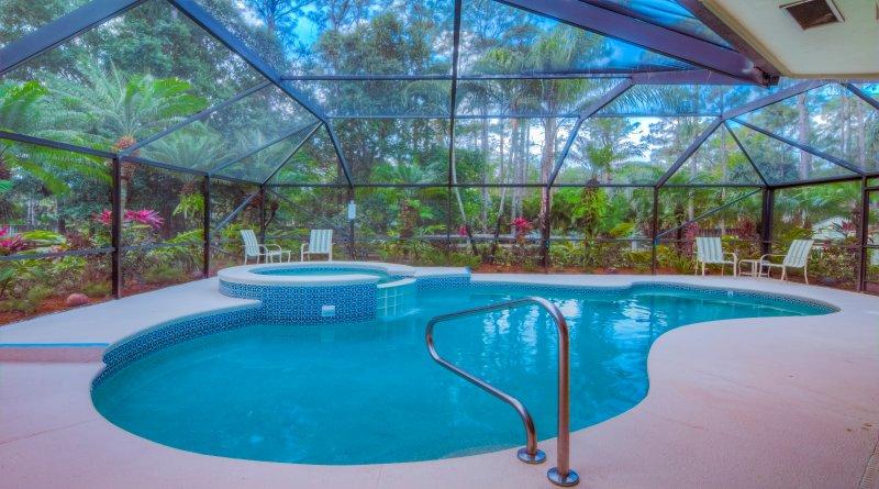 Der beheizte Pool und Spa sind von üppigen tropischen Garten umgeben und abgeschirmt