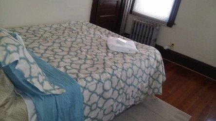 Gast eigen slaapkamer met luchtbed, handdoeken, zeep.
