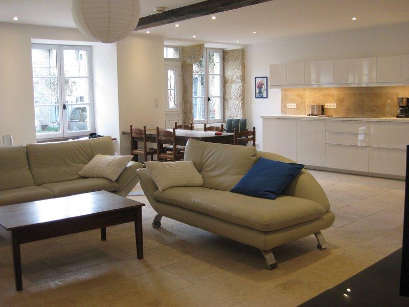 La sala de estar grande y brillante.