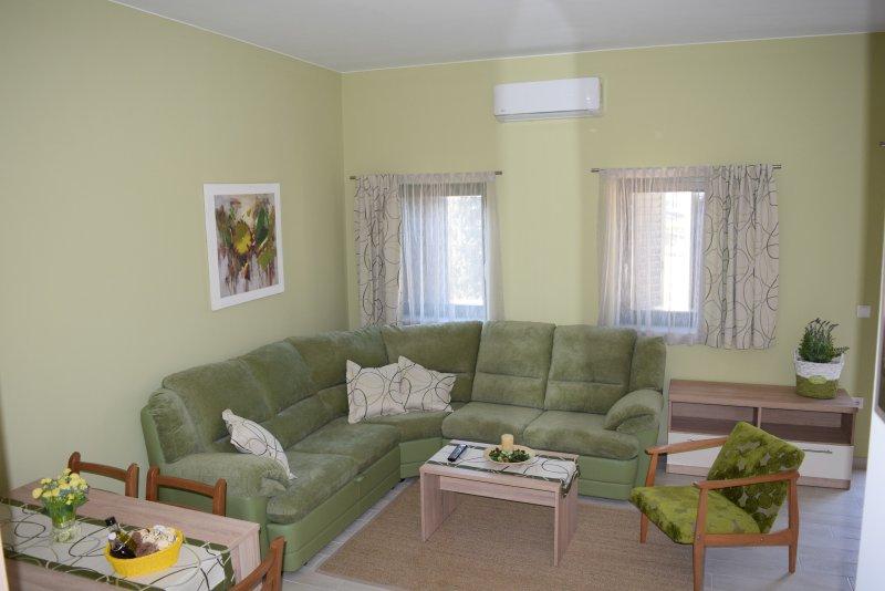 VILLA MIO MARE Spacious 2bedroom appartment with terrace and sea view 4****, casa vacanza a Cres