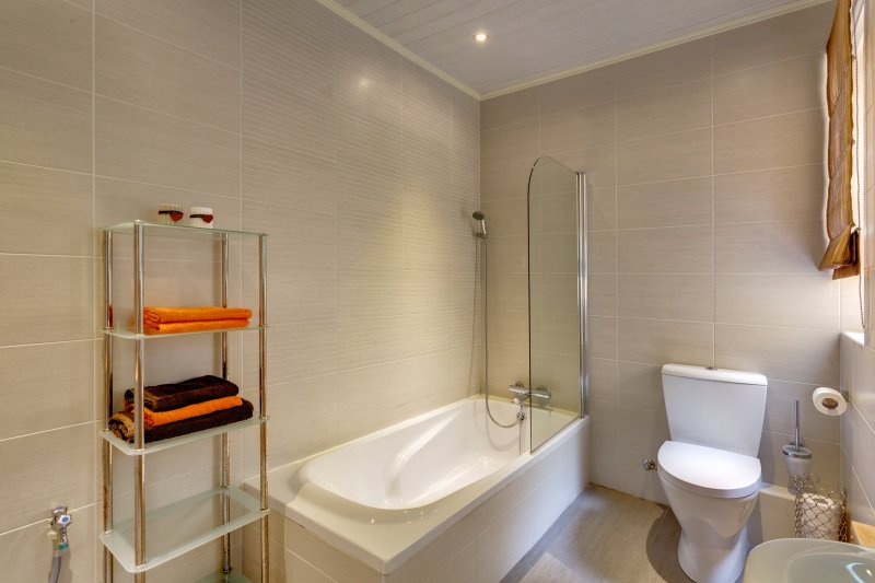 Main bathroom with towels.