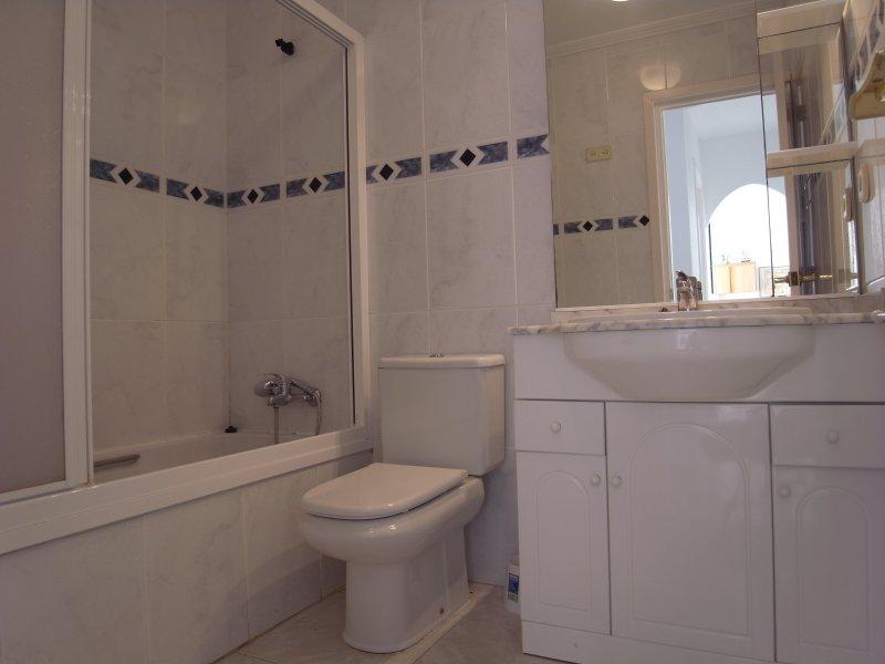 il bagno della camera da letto matrimoniale con bagno con doccia, wc e lavabo