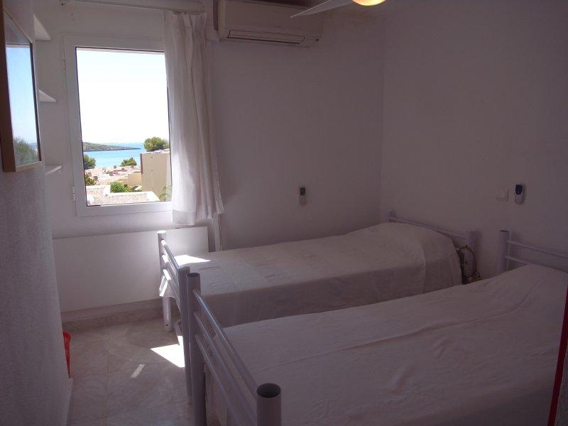 terza camera con due letti da 90 cm, comodino, un armadio