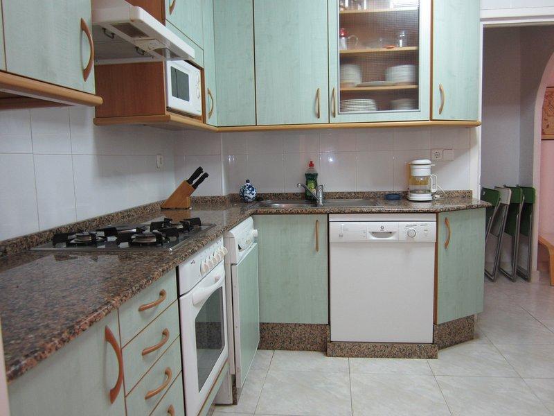 completa-mente ristrutturato cucina con lavastoviglie, forno e microonde