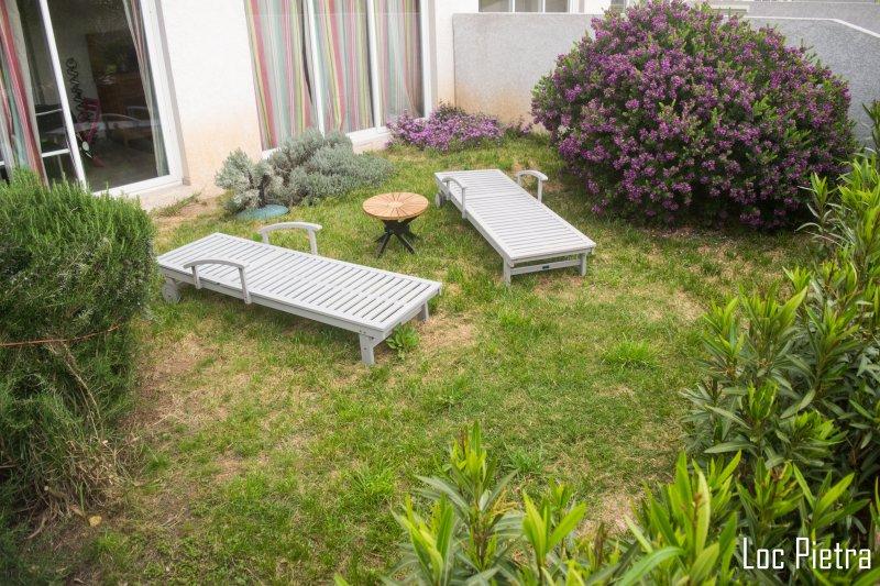 F2 Rez de jardin et terrasse de 22 m2 600 m de la plage, location de vacances à Canari