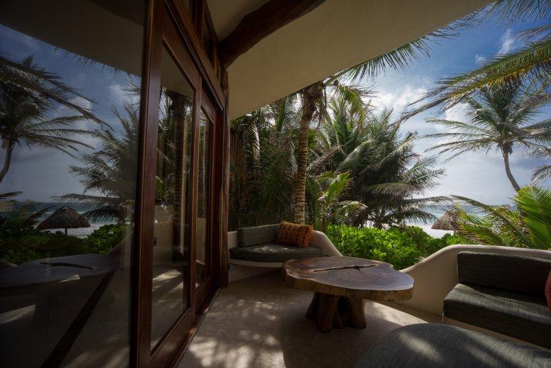 Casa Bonita Deck mit Glas-Schiebetüren vom Wohnbereich und Meerblick.