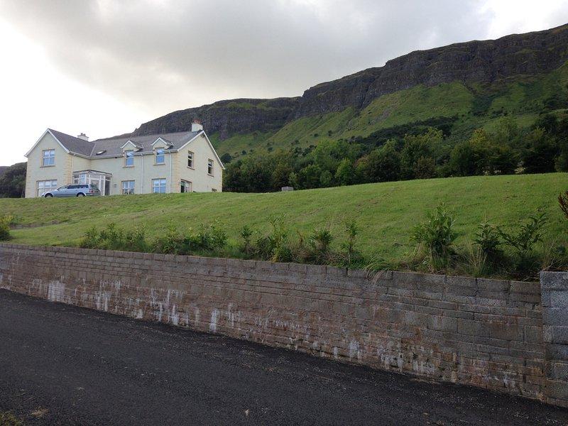 La maison est située sur une colline avec une vue extraordinaire dans toutes les directions.