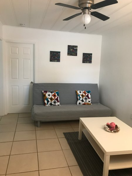 Comfortable house in Pompano Beach 4 miles from beach, location de vacances à North Lauderdale