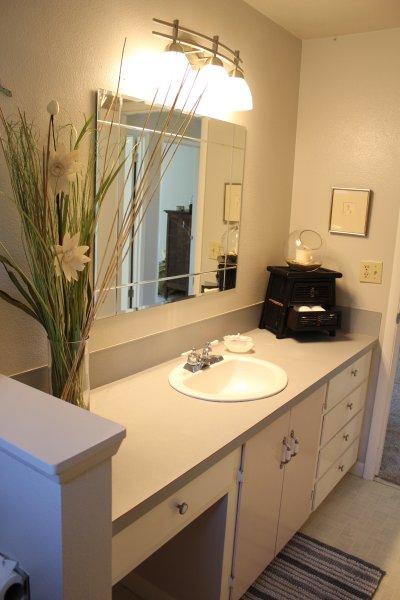 Bovenste verdieping heeft 2 badkamers, hier wordt gedeeld badkamer met bad / douche