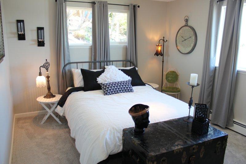 Parijs kamer heeft een grote queen bed. rustig en uitzicht op de baai