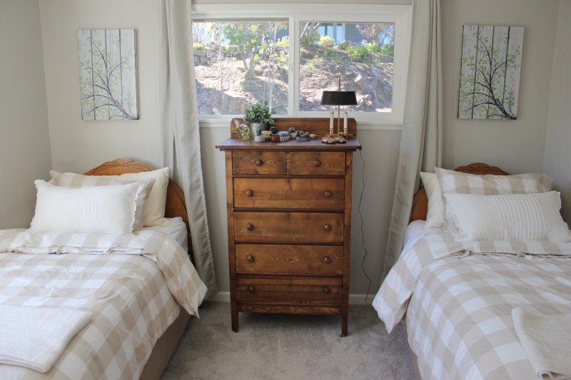 slaapkamer met 2 nieuwe aparte bedden. voldoende kastruimte.