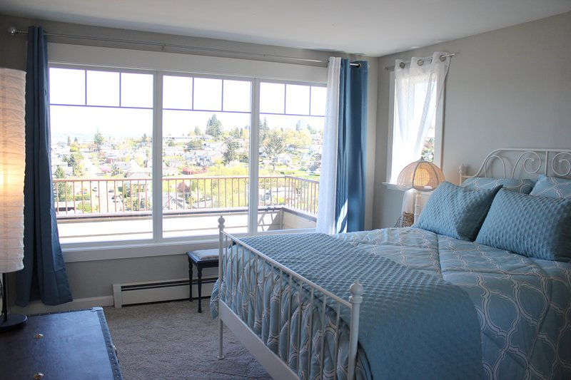 Beach kamer heeft een queen bed en een geweldig uitzicht, grote spiegel gesloten