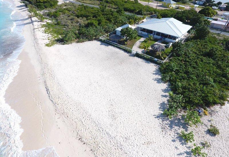 BeachsideBungalow on Semi-Private Beach, Ferienwohnung in Grand Turk