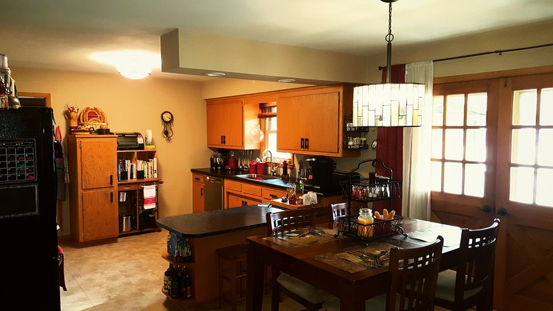 Spacious home- close to airport and to explore city!, holiday rental in Somers