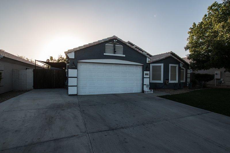 Spectacular Home! Getaway & Soak up the Desert Sun, vacation rental in Glendale