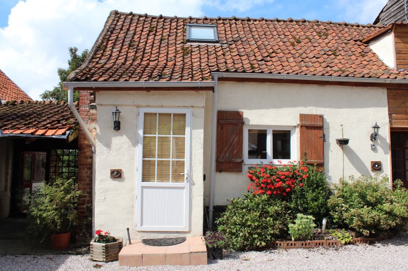 Le Tournesol - country style cottage with exposed beams throughout, aluguéis de temporada em Doullens