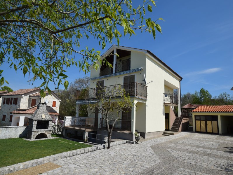 Apartment Gudelj on the first floor in holiday house, holiday rental in Milovcici