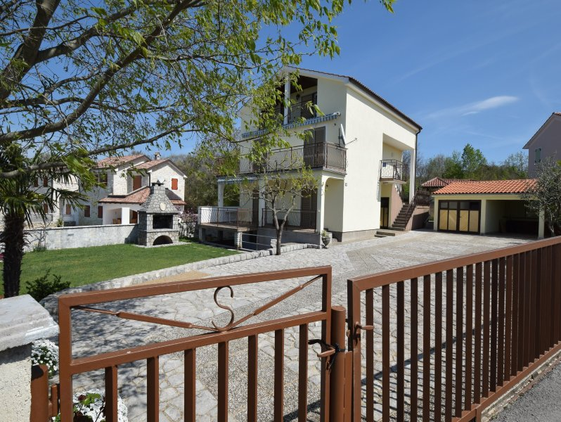 Two-bedroom apartment Gudelj on the second floor in rural area near Malinska, holiday rental in Milovcici