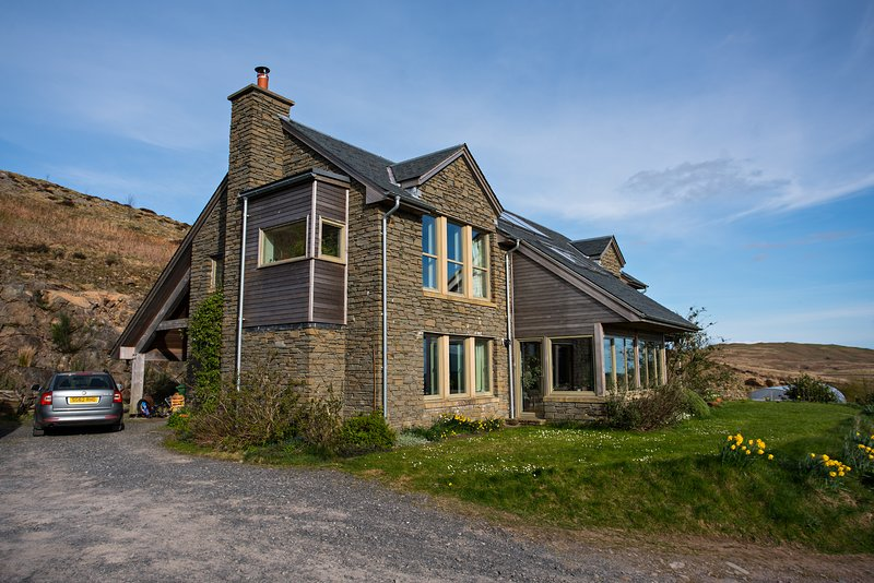 Beautiful Eco House with spectacular views over Carsfad Loch and Rhinns of Kells, casa vacanza a St. John's Town of Dalry