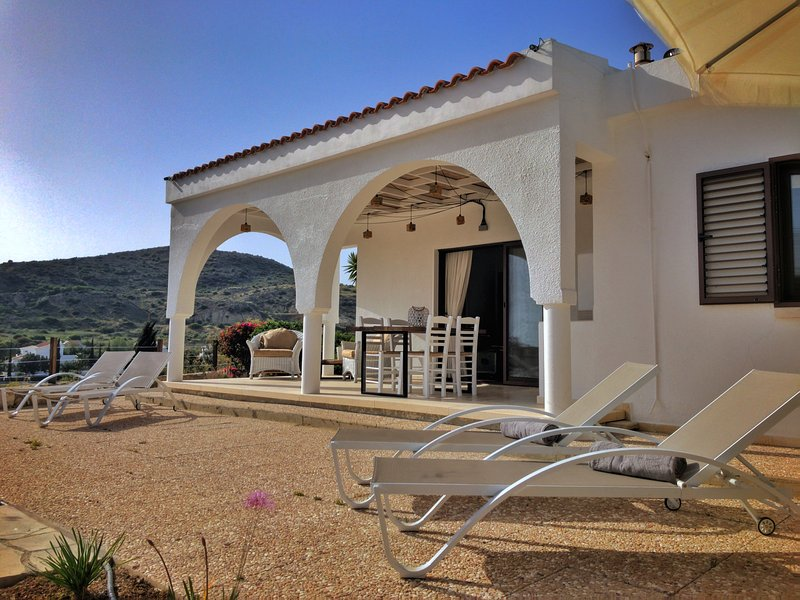 Stunning 2 bedroom villa with breathtaking views of Pissouri Bay, holiday rental in Avdimou