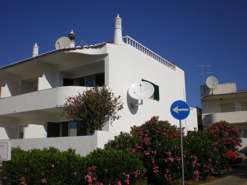 Casa Meia. Roof terrace with sea views and use of three outdoor pools, holiday rental in Bensafrim