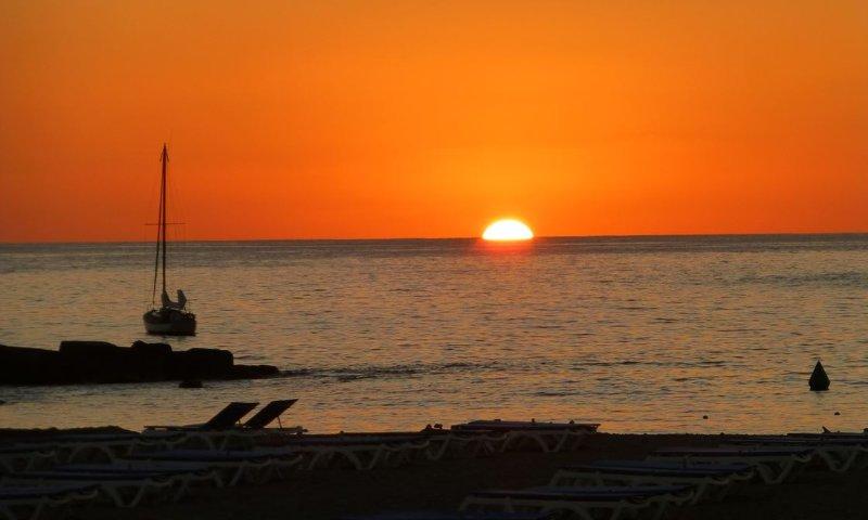 Super Beach first line Playa de las Vistas SUN & Relax  WIFI pool Beach door, holiday rental in Los Cristianos