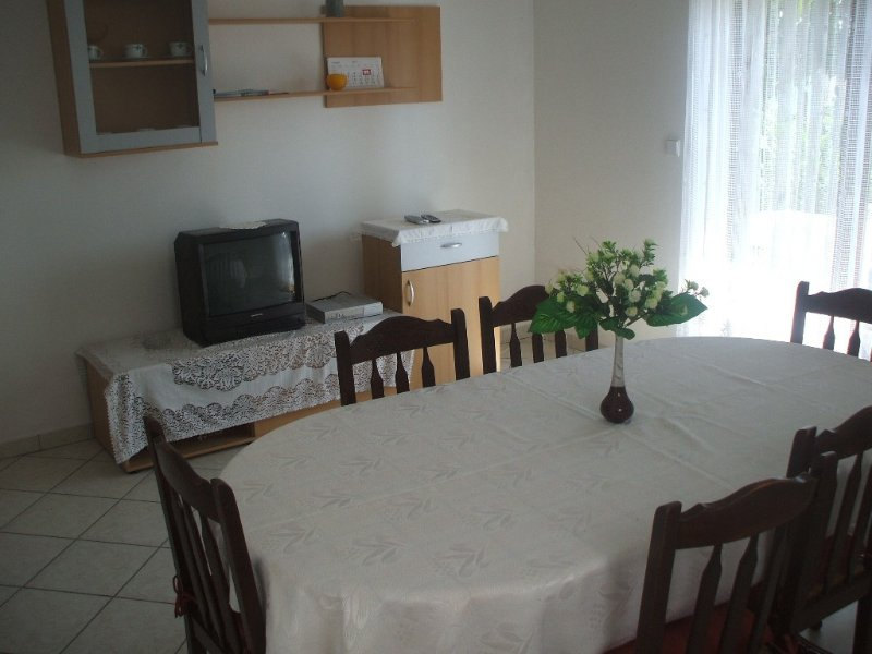 A2(6+2): dining room