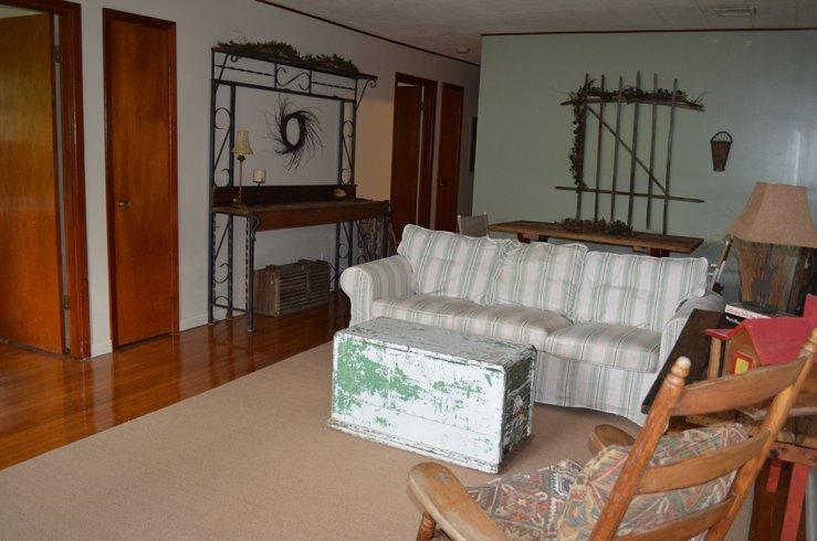 decoração do país e um de um mobiliário de tipo artesanal torna este extra especial unidade.
