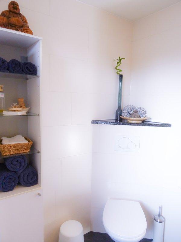 Moderne en stijlvolle badkamer, met al uw behoeften, inclusief handdoeken, toiletartikelen en een haardroger